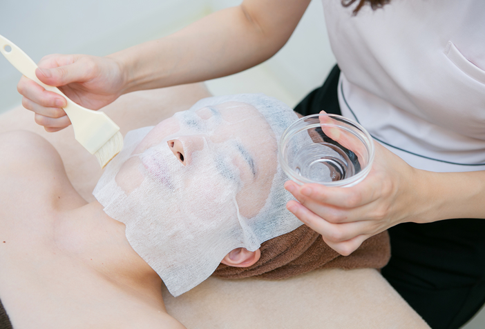 施術の流れ:お顔に保湿パック